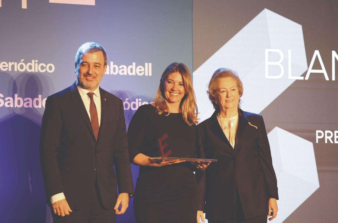 blanca sorigué, directora general del consorci de la zona franca de barcelona, recibió el premio equipara de manos de jaume collboni, primer teniente de alcalde del ayuntamiento de barcelona, y de arantza sarasola, vicepresidenta de prensa ibérica.