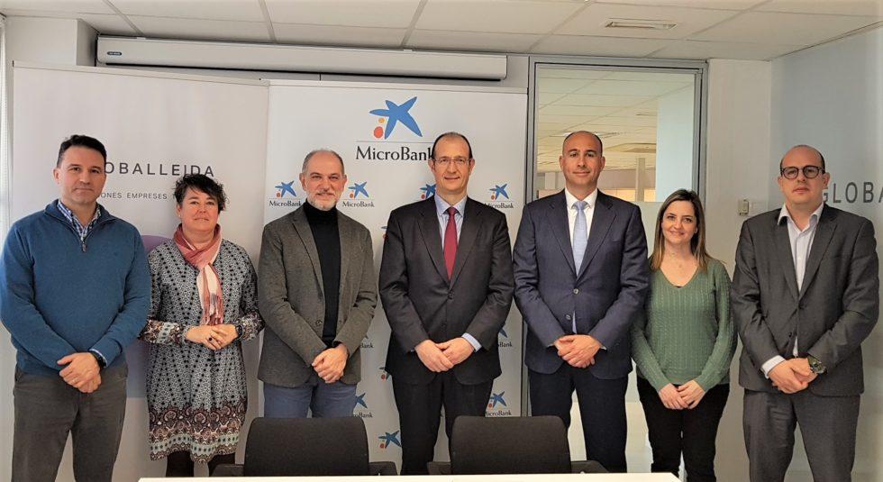firma acuerdo de colaboración de microbank y globallleida